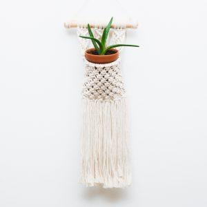 ručně vyrobená macramé kapsička jako květináč