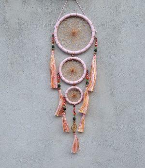 ručně vyrobený lapač snů korálkový starorůžový 35 cm