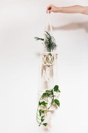 závěsný květináč macramé smetanový dvojitý s květinou