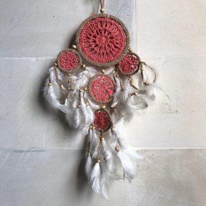 ručně vyrobený lapač snů červeno béžový 50 cm