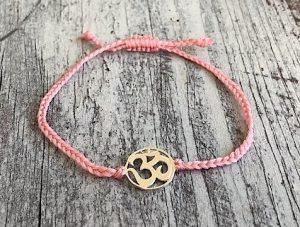 šňůrkový mantra náramek OHM s růžovou bavlněnou šňůrkou