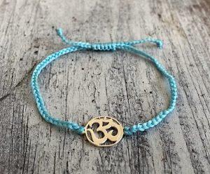 šňůrkový mantra náramek OHM s modrou bavlněnou šňůrkou