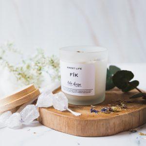 Sójová svíčka SWEET LIFE s vůní esenciálních olejů, nabitá pozitivní energií a ozdobená sušenými květy pro ještě krásnější boho život