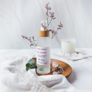 ajurvédská mlha Be Loved s vůní esenciálních olejů frangipani, vanilky a kardamonu