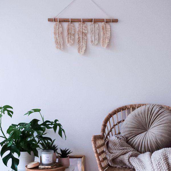 závěsná dekorace macramé Feathers for You v interiéru detail
