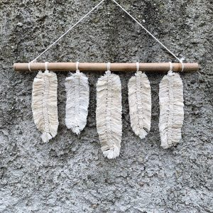 závěsná dekorace macramé Feathers for You na zdi