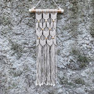 závěsná dekorace macramé Lovely Beads na zdi