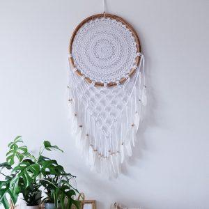ručně vyrobený lapač snů bílý s macramé v bambusovém kruhu 105cm detail