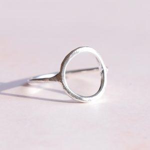 Stříbrný prsten Moon matný navržený s citem pro design a kvalitu