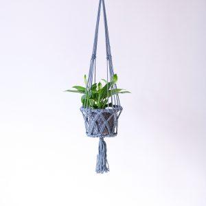 závěsný květináč macramé šedý s kytkou