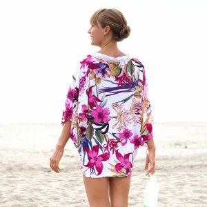 Kimono Girly Love v barvě bílé s růžovými květy na modelce