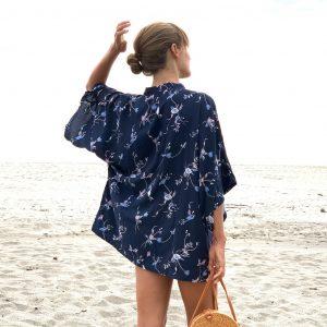 Kimono Blue Velvet tmavě modrá barva s bílými kvítky