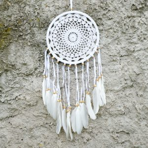 ručně vyrobený lapač snů bílý s korálkama 60 cm