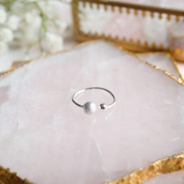 Stříbrný prsten Double Love ručně vyrobený v malé rodinné dílně v oblasti Ubudu