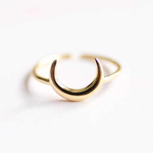 Pozlacený prsten Half Moon ručně vyrobený v malé rodinné dílně v oblasti Ubudu