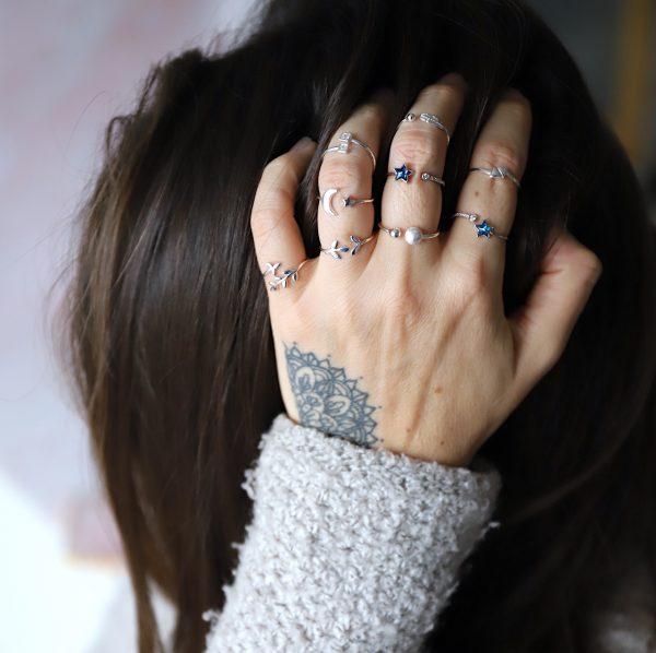 ručně vyrobené stříbrné a pozlacené prsteny