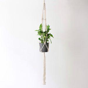Závěsný květináč macramé Boho Girl vyrobený z tlustého bavlněného lana
