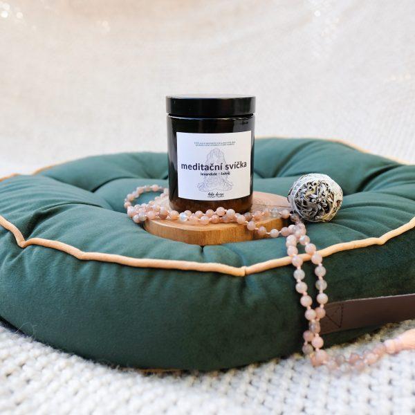 Meditační svíčka ze 100% přírodního sojového vosku, s esenciálními oleji a ametystem