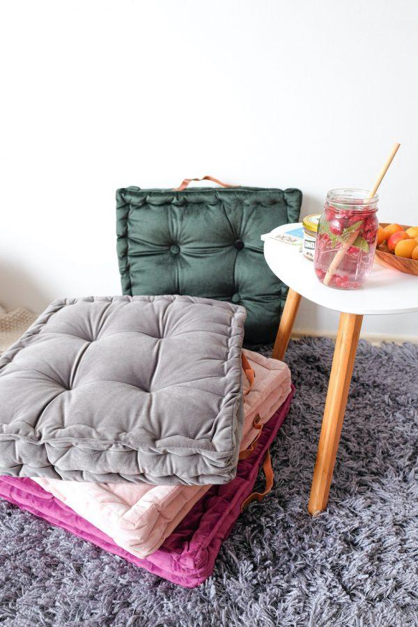 Hranatý polštář šedé barvy na sezení