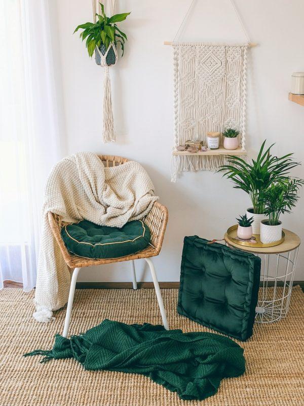 Lahvově zelená pletená deka pro zahřátí nebo přehoz přes postel jako dekorace pro váš domov