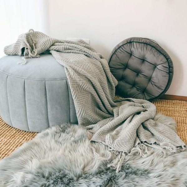 Měkký nadýchaný kulatý polštář v šedé barvě