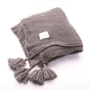 hřejivá deka se střapcema šedá z měkkého materiálu