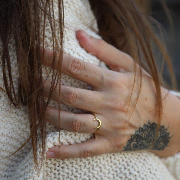 Pozlacený prsten Half Moon ručně zpracovaný zlatnickou rodinou na Bali