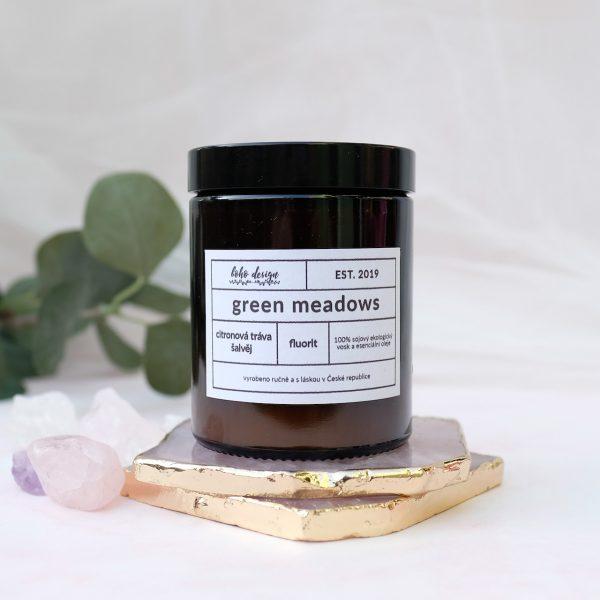 Sójová svíčka GREEN MEADOWS s originální esencí citrónové trávy a šalvěje, která naplní Váš domov jedinečným kouzlem aroma terapie