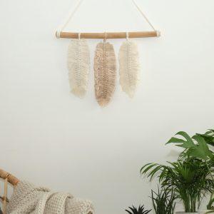 ručně drhaná závěsná dekorace macramé Feathers Calling