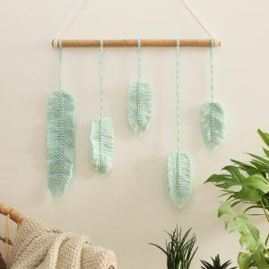 závěsná dekorace macramé Feathers Mint Love