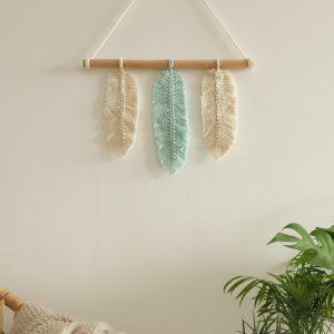 závěsná dekorace macramé Feathers So Cute