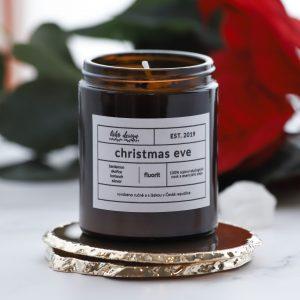Sójová svíčka Christmas Eve voní po kardamonu, skořici, koriandru a zázvoru a zamilujete si ji pro její teplé tóny, kterými nádherně prohřeje celý Váš domov
