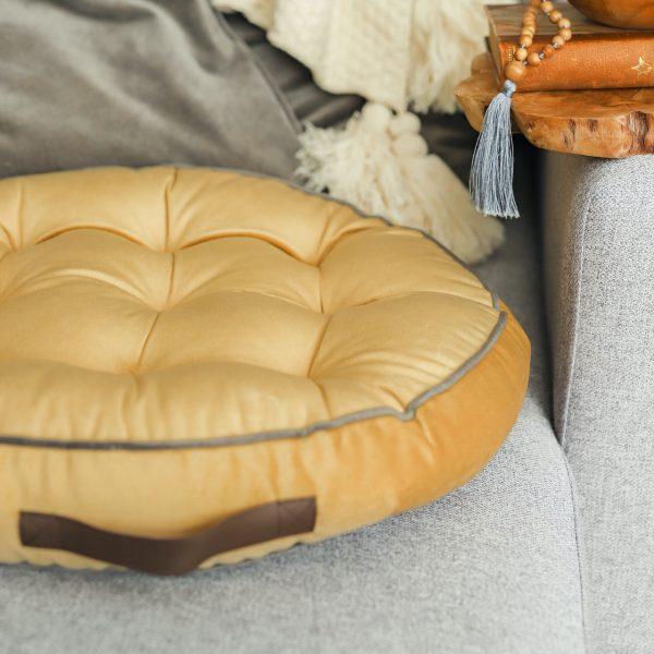 hebký kulatý polštář v hořčičném odstínu