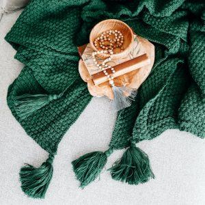 Pletená deka se střapcema lahvově zelená