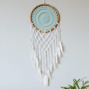dekorace-na-zed-lapac-snu-tyrkysova-a-bila-barva-detail