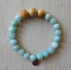 naramek-z-mineralnich-kamenu-amazonit-a-santaloveho-dreva-modra-barva