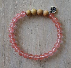 naramek-z-mineralnich-kamenu-ruzenin-a-santaloveho-dreva-ruzova-barva