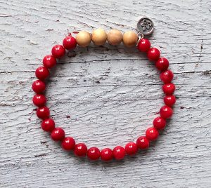 naramek-z-mineralnich-kamenu-koral-a-santaloveho-dreva-cervena-barva